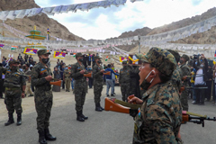 Indian soldiers pay their respects during the funeral of their comrade, Tenzin Nyima, a senior-rank Tibetan official from India's Special Frontier Force, on Sept. 7. | AFP-JIJI