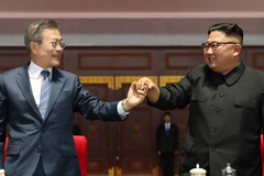 North Korean leader Kim Jong-un (R) and South Korean President Moon Jae-in (L) gesture as they watch the large-scale gymnastic and artistic performance at the May Day Stadium in Pyongyang on 19 September, 2018, after their summit. (Pyeongyang Press Corps / AFP Photo)